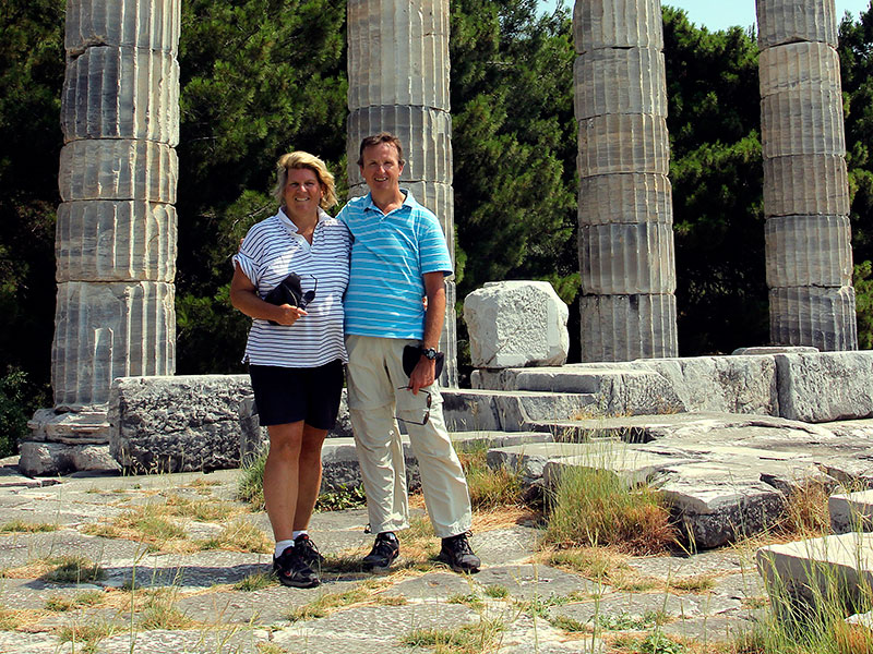 Passion für archäologische Ausgrabungen. Unsere Reise 2013 ging nach Ionien in der heutigen Westtürkei. Hier stehen wir vor den Säulen des Athena-Tempels von Priene.