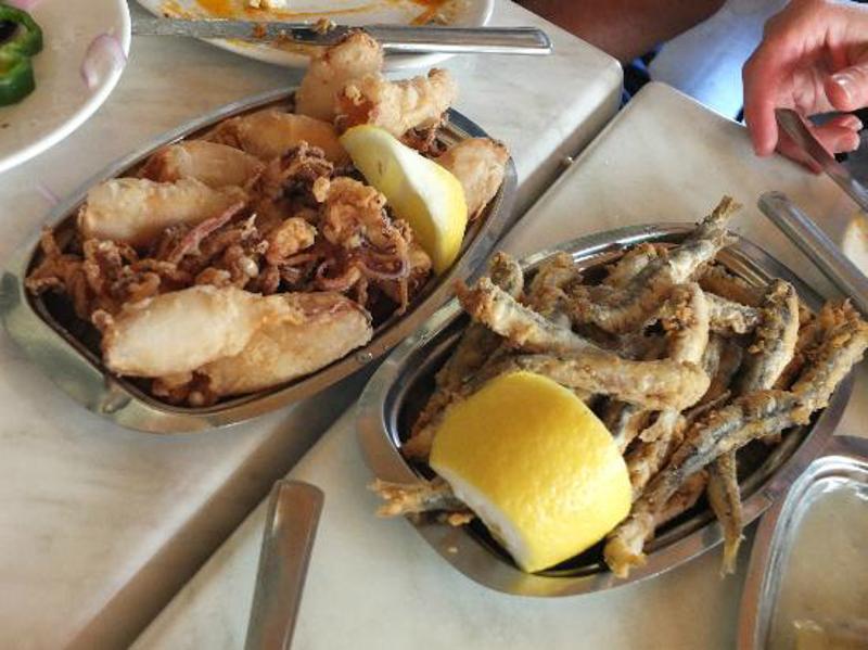 "Sardinen und Kalamari im Restaurant ""Sholarhio"" To Yerani."