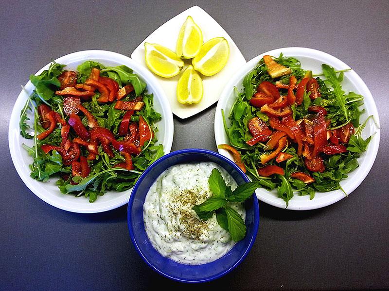 rucola cocktailtomaten paparika rot zaziki zitronenspalten salat beilagen
