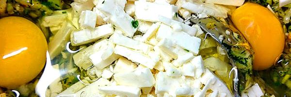 Zerbröselten Feta, Eier und Mehl untermischen.