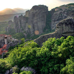 Panoramablick auf die Felsen von Meteora und dem Rosanou-Kloster.