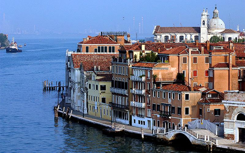 Die Passage führt von Igoumenitsa kommend in Venedig durch den Giudecca-Kanal. Die Fähren fahren mittlerweile diese Route nicht mehr.