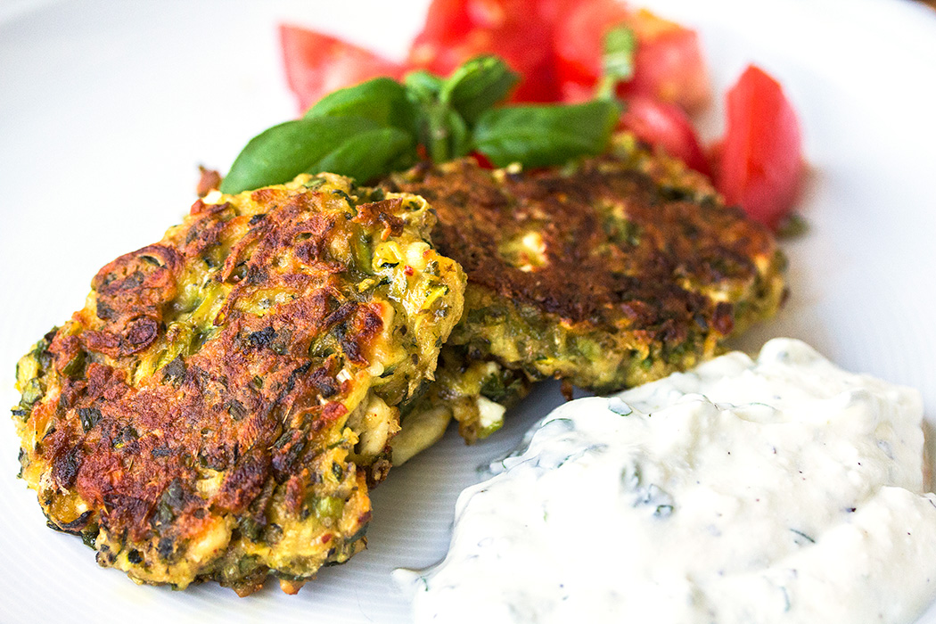 Türkische Mücver: Zucchini-Puffer mit Feta und Joghurt-Knoblauchsauce