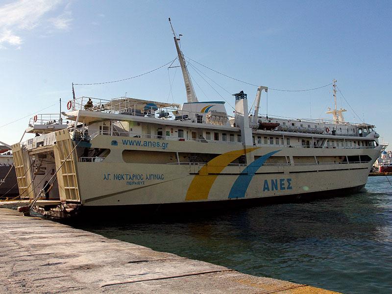 Die Fähre Agios Nektarios von Anes ist die günstigste und griechischste, aber auch langsamste Verbindung.