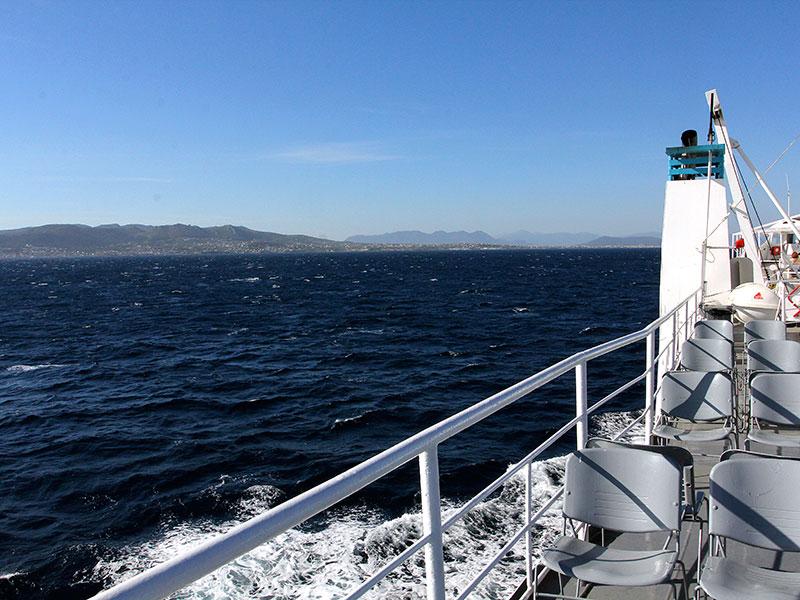 Ein bisschen windig und kühl ist die Überfahrt nach Ägina dann doch.
