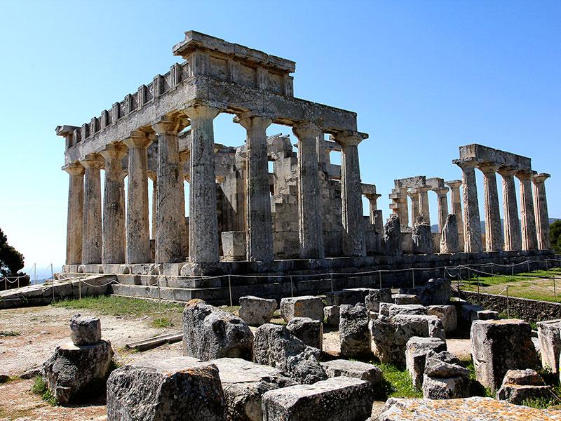 Das Tempelgebäude mit dreistufigem Stylobat in Form eines dorischen Peripteros mit 6 x 12 Säulen.