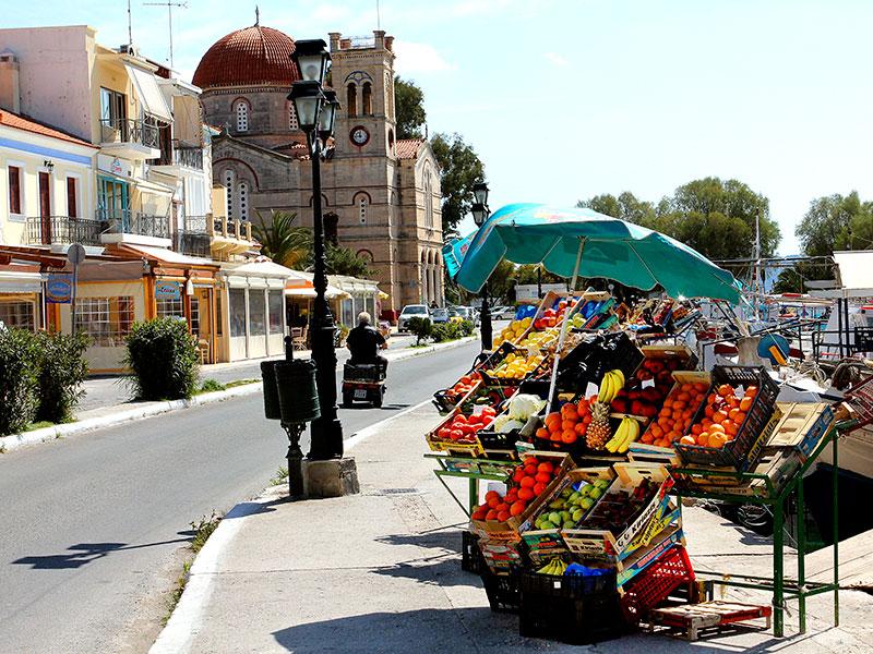 Direkt von den Frachtkähnen werden Obst und Gemüse verkauft.