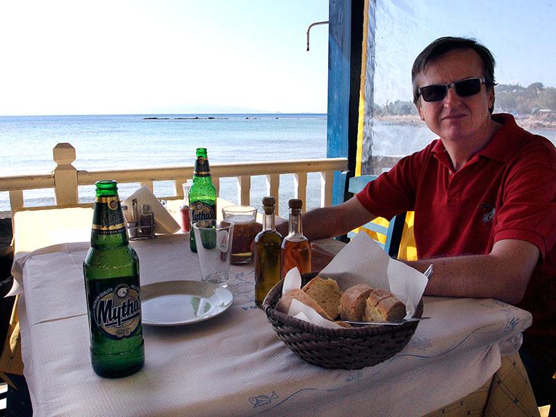 Wir sitzen direkt am antiken Hafenbecken. Bier und Brot ist schon da...