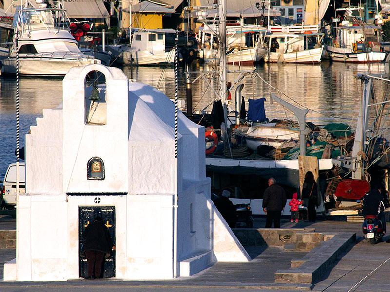 Die hübsche weissgetünchte  Agios Nikolaos-Kirche steht stolz an der Spitze des Hafens.