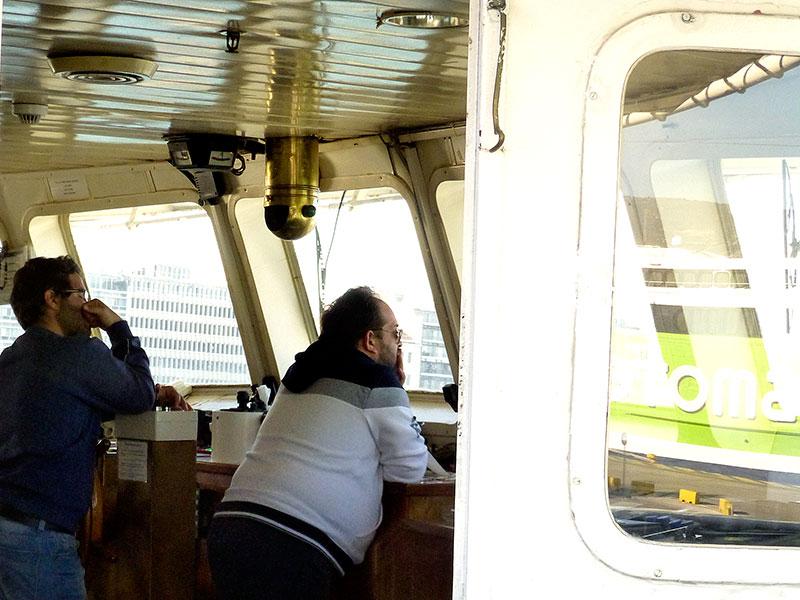 Der Kapitän und sein Offizier auf Deck.