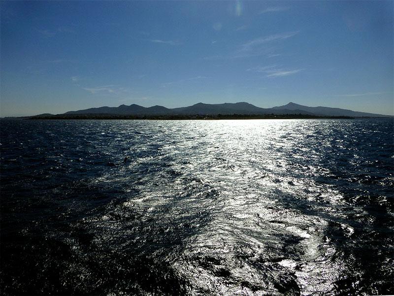 Die Insel Ägina im Morgenlicht.