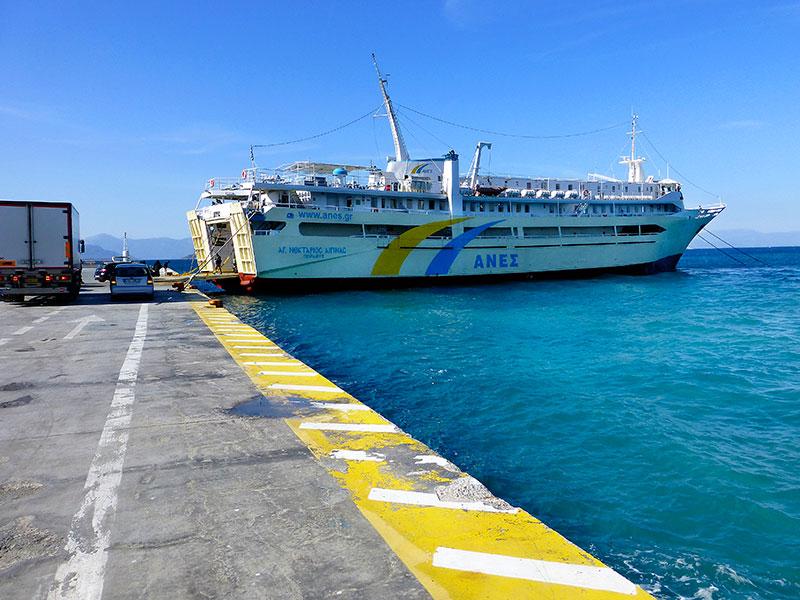 Die Fähre M/F Agios Nektarios Aiginas von Anes Ferries im Hafen Ägina Stadt.