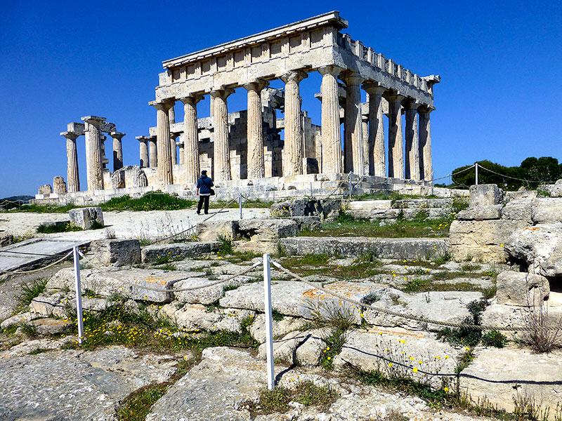 Der Zugang zum Tempel von Süden. Monika wirkt recht klein vor der antiken Kulisse.