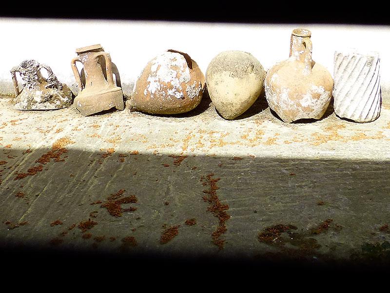 Geheimnisvoll im Hinterhof des Museums: Amphoren- und Säulenfragmente.