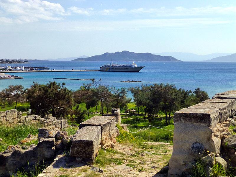 Blick von Kap Kolonna auf den Pier und die Fähre Agios Nektarios.