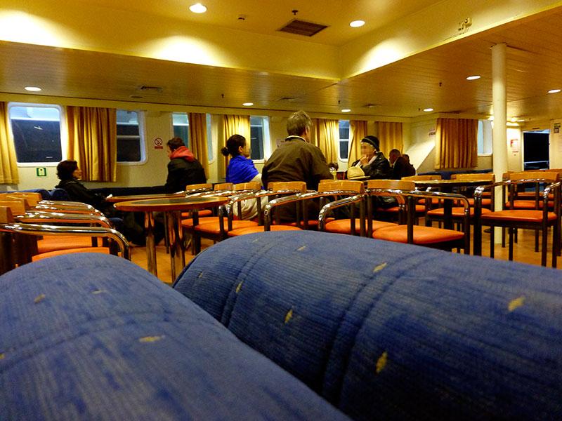 Gemütliche Sitzgruppen in der Lounge des Hauptdecks.
