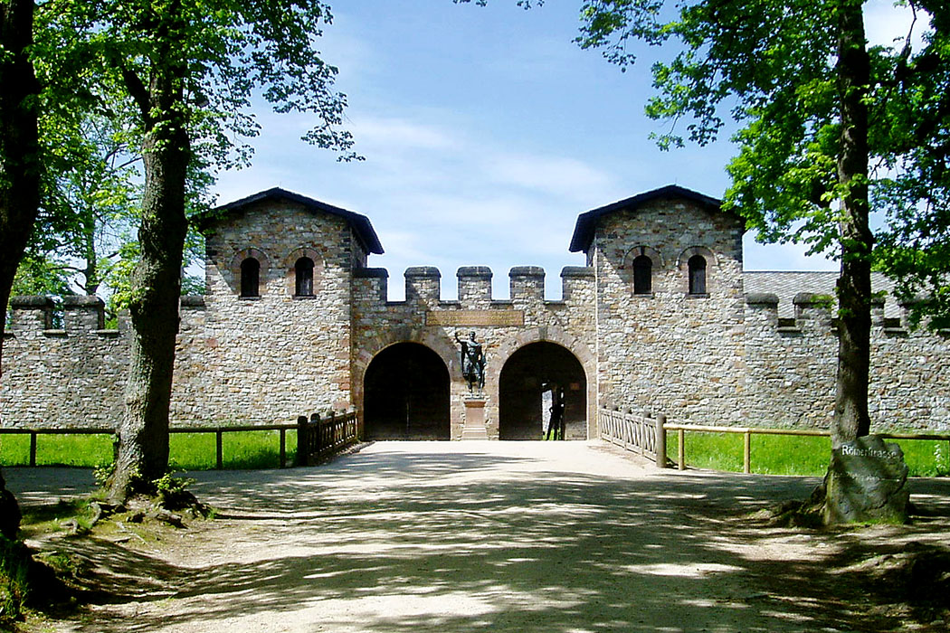 Saalburg_Porta_Praetoria_ol - Die Porta Praetoria beim Römerkastell Saaburg nahe Bad Homburg. Foto: Wikipedia, Ekem