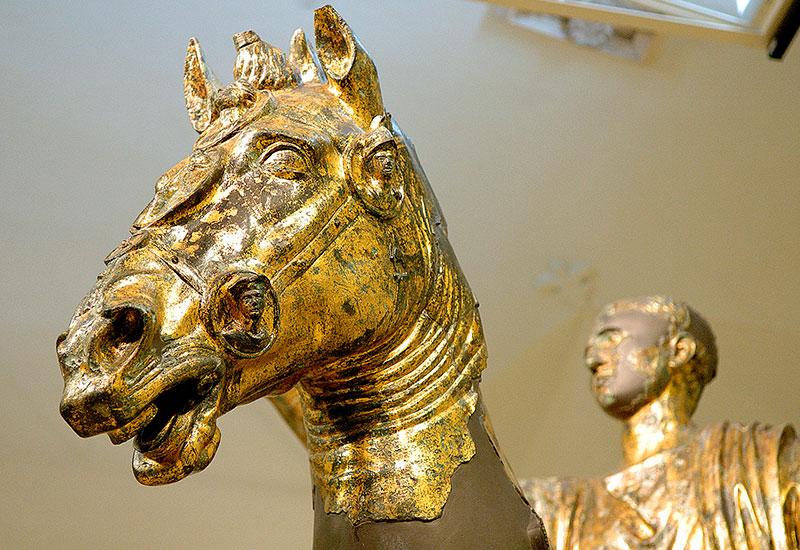 Marken: Archäologische Entdeckungsreise an der Via Flaminia - Der römische Offizier auf seinem Pferd. Foto: tourismo.marche.it