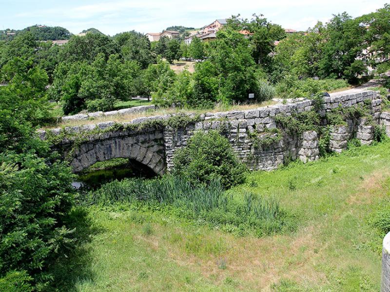 Ponte Mallio, römische Brücke bei Cagli.