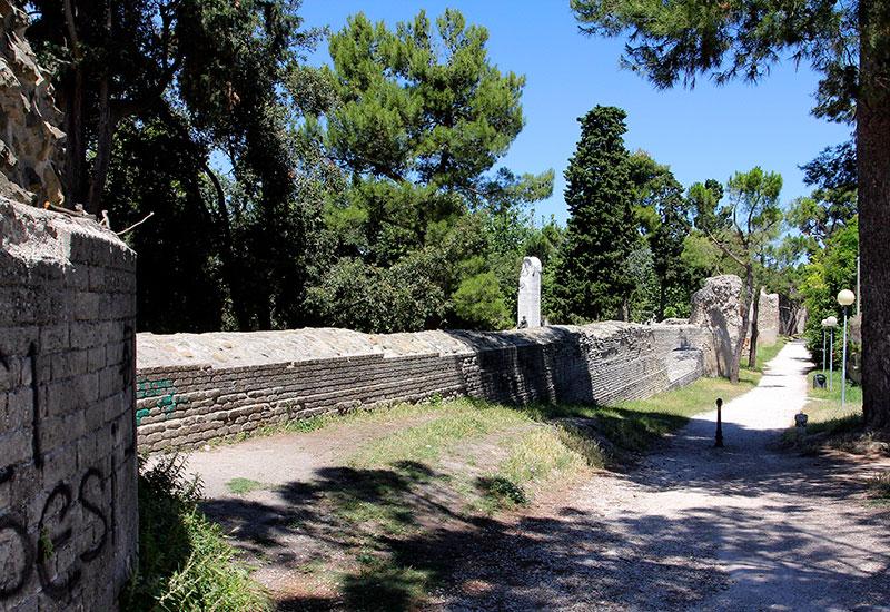 Teile der Stadtmauer in Fano.