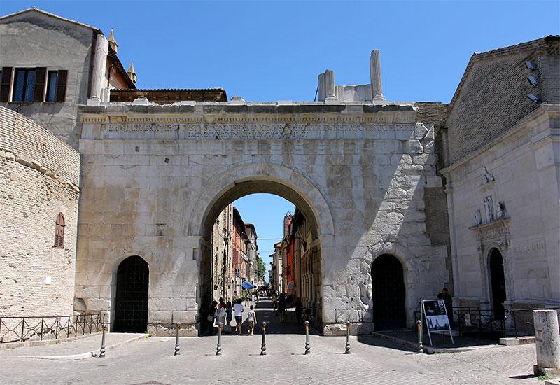 Arco d'Augusto in Fano, ein römisches Stadttor aus dem Jahr 10 n. Chr.
