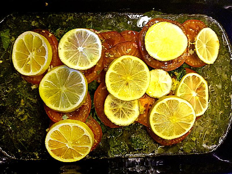 Fischfilet mit Tomaten aus dem Ofen.