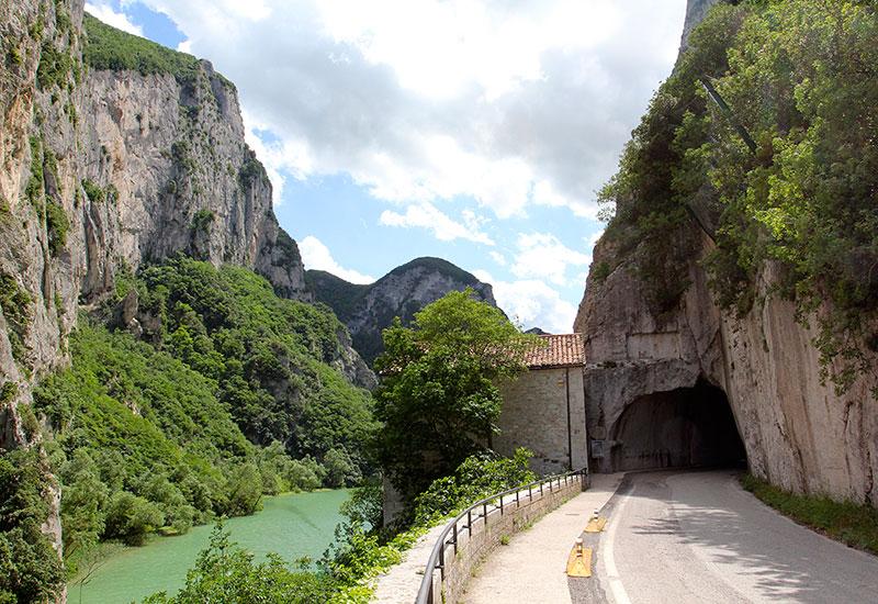 Der römische Tunnel in der Furlo-Schlucht ist 38 Meter lang und 5 Meter breit.