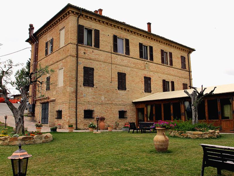 "Das Hauptgebäude des ""La Grotta di Loretello"", rechts die Panoramaterrasse."