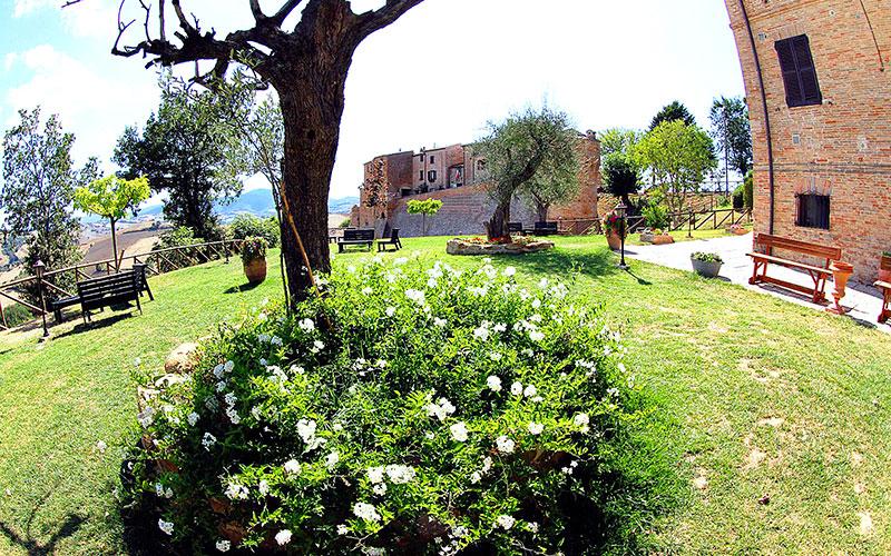Blick vom Garten hinüber zum Castello.