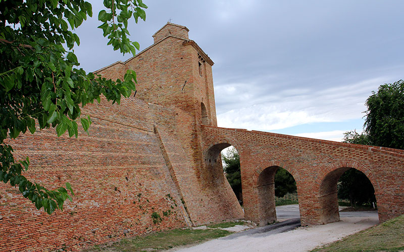 Eine mächtige Brücke führt nach Castello di Loretello.