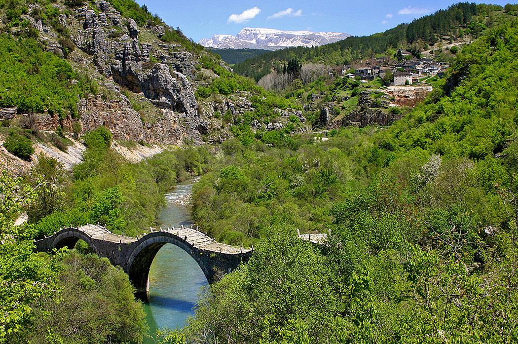 zagori-koukouli-kalogeriko-bruecke - Epirus: Kipi liegt an den Ausläufern der Vikos-Schlucht.