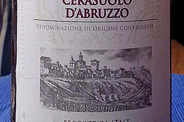 Aus den Trauben des Montepulciano d'Abruzzo gewonnen, zeigt der Cerasuolo durch den kurzen Kontakt des Traubensaftes mit den Schalen die charakteristische kirschrote Farbe: Im abruzzesischem Dialekt cirici, cirice oder cirasce, Kirschen also.