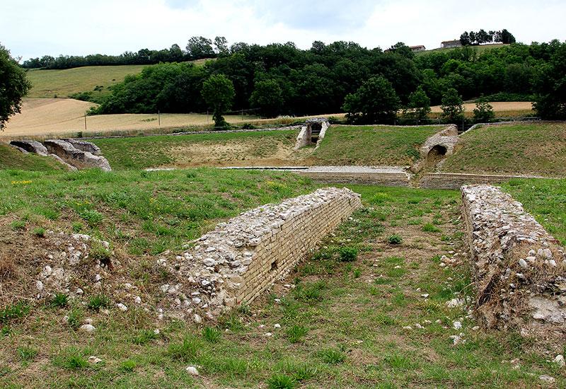 Das Amphitheater von Suasa.