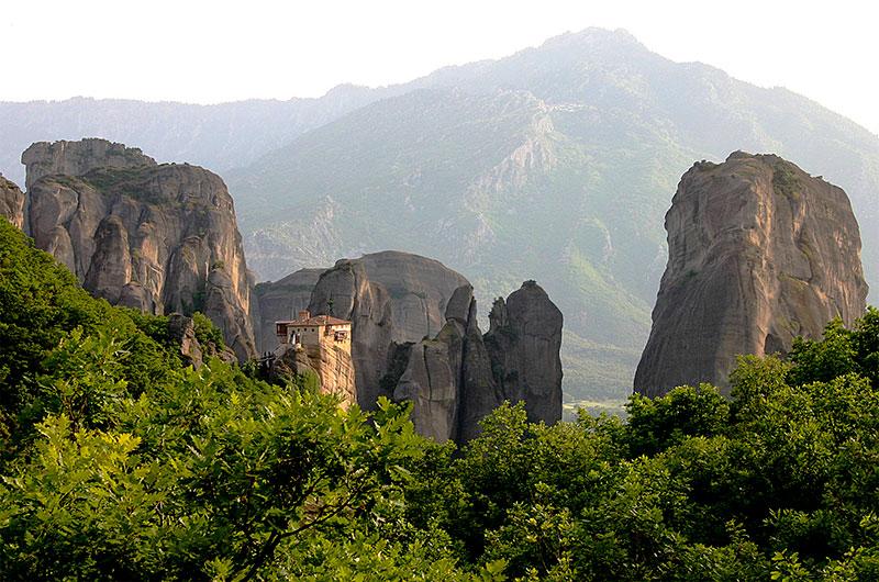 Meteora: Das Kloster Rousánou wird heute von Nonnen bewohnt. Es wurde im Jahre 1388 gegründet. Meteora Thessalien Griechenland