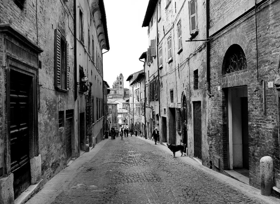 Italien: Gasse in Urbino