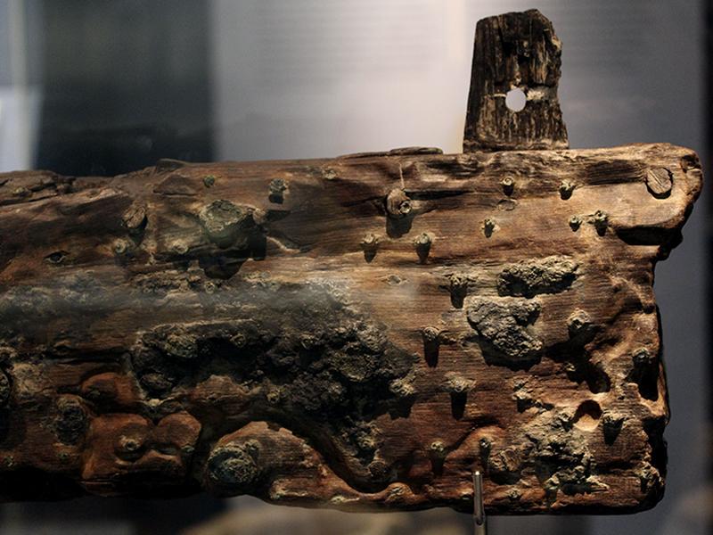 Holzplanke mit Nägeln des römischen Lastenseglers aus dem 1. Jhd. v. Chr.