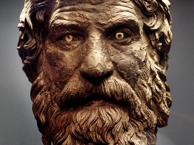 Bronzekopf eines Philosophen. Typisch sind zottige Haare und Bart.