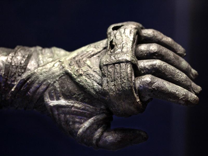 Kämpfer beim Faustkampf banden sich Lederriemen um Hände und Unterarme.