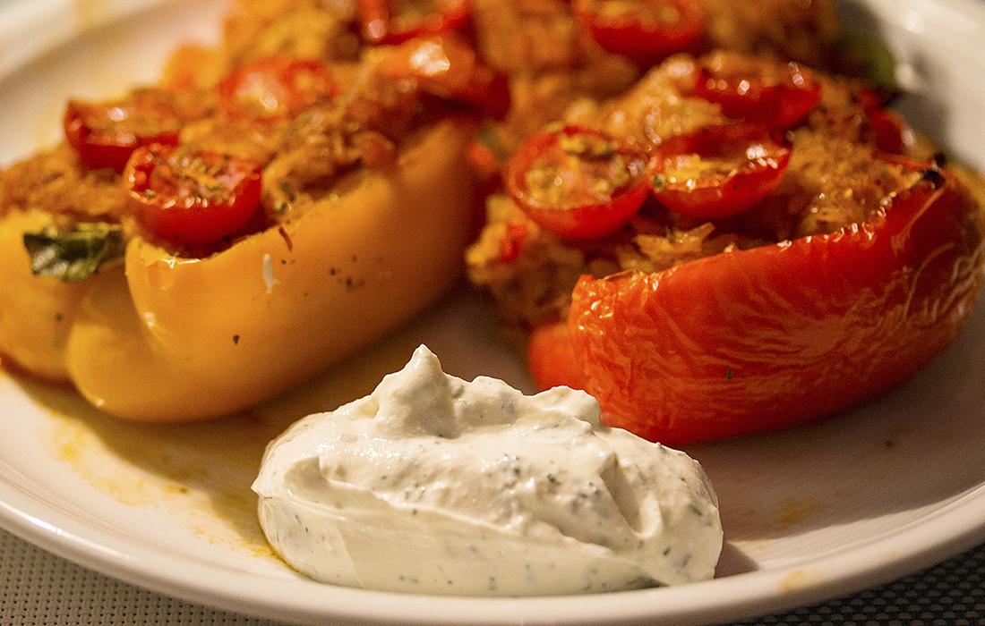Biber Dolmasi: Gefüllte Paprikaschoten mit Thunfisch-Reisfüllung Gefüllte Paprikaschoten werden in der Türkei Biber Dolmasi und in Griechenland Gemista genannt.
