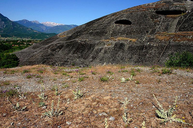 Die Felsenaugen von Meteora, im Hintergrund das Pindos Gebirge.