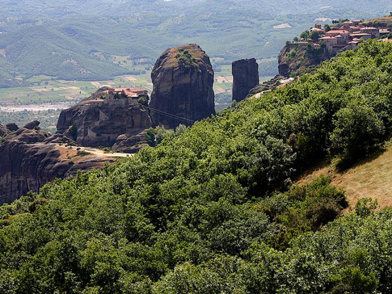 Ganz rechts Megalo Meteoro, daneben das Kloster Varlaam.
