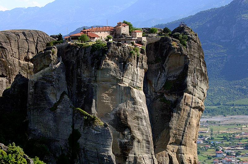 Das bewohnte Kloster Agía Triáda wurde zwischen 1458-76 gebaut. Der Zugang war nur über Seilwinden möglich, seit 1925 gibt es eine Treppe.