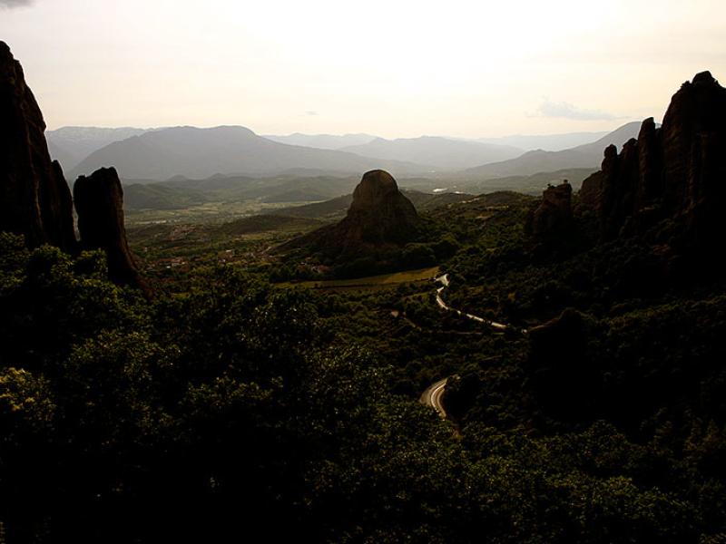 Es wird Abend in Meteora, silbern schlängelt sich die Straße in die Ebene.