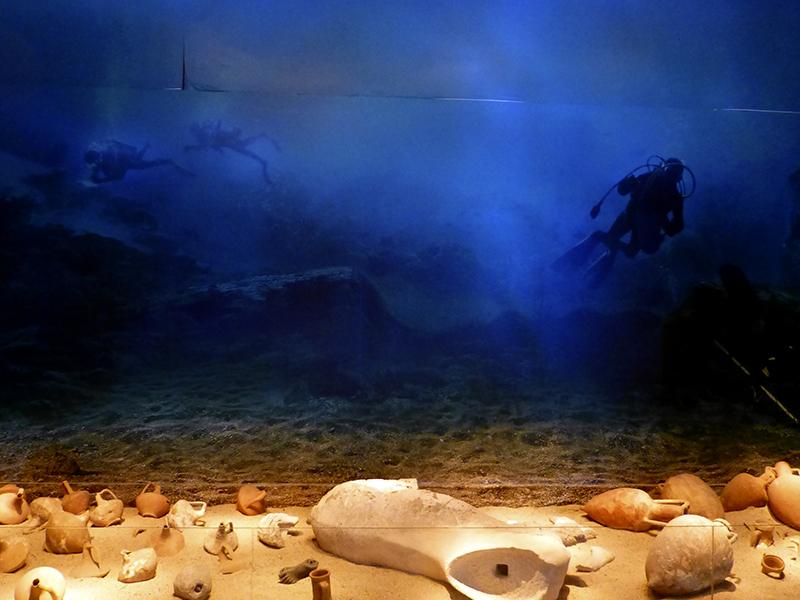 Die Fundstücke haben den geheimnisvollen Charme eines von Tauchern gestörten Unterwasser-Stilllebens.