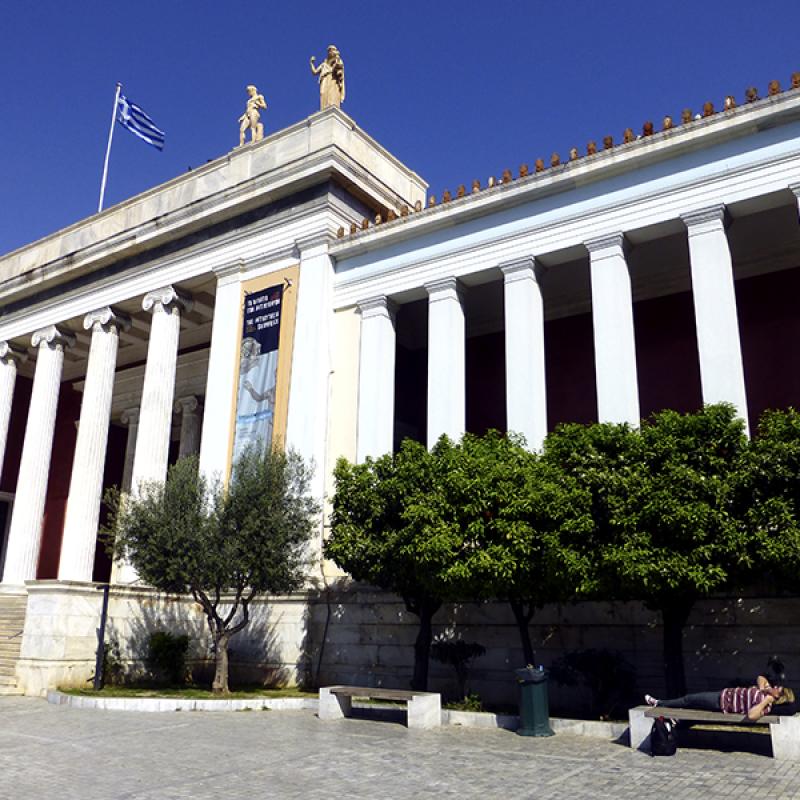 Das Archäologische Nationalmuseum von Athen, mit etwas erschöpfter Besucherin...