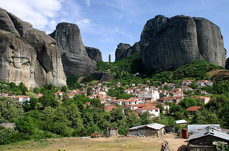 Kastraki: Das schönste Dorf in der Umgebung fügt sich wunderbar an den Fuß der riesigen Felsen.
