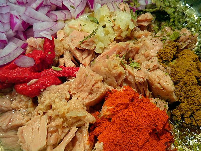 Thunfisch, Kräuter, Reis und Gewürze vermischen.