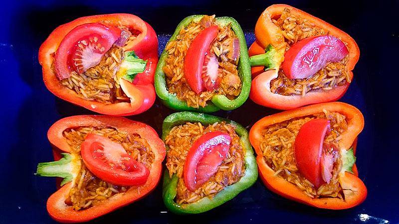Gemüse füllen und mit Tomatenvierteln dekorieren.