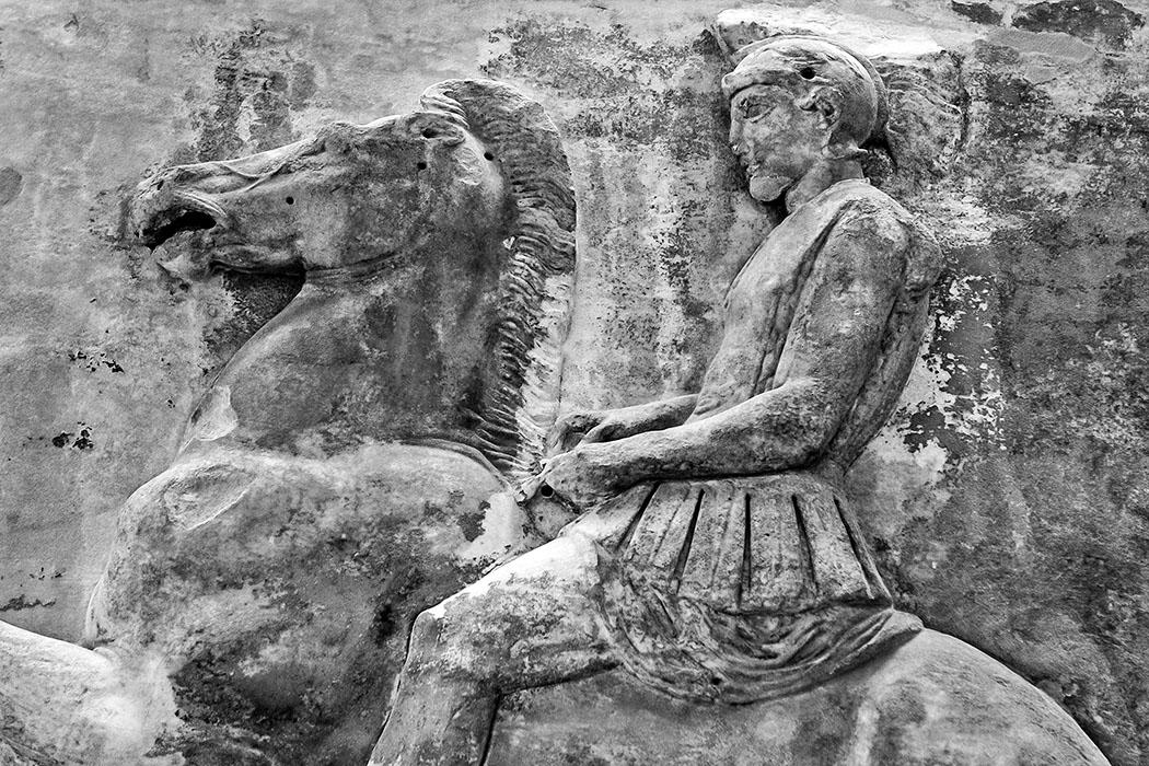 reise-zikaden.de, Fotografie: Das gewisse Etwas der Schwarzweiß Die Reiterfigur eines Kriegers vom weltberühmten Tempelfries des Partheon ist heute im Akropolismuseum von Athen ausgestellt.