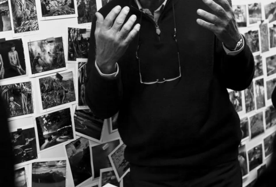 Sebastião Salgado vor seinen Werken.